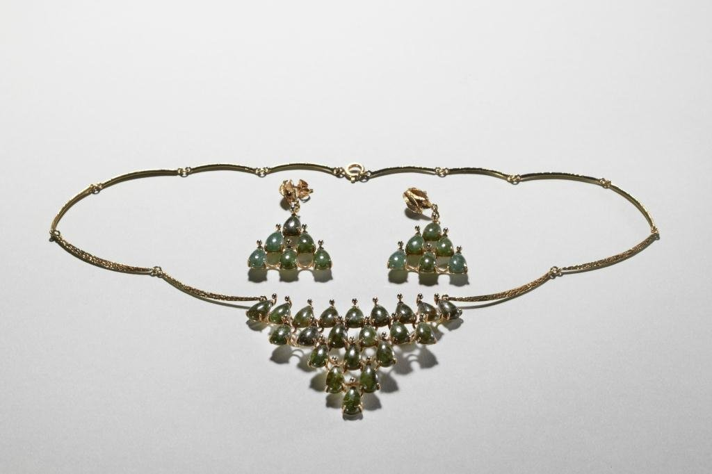 1013: CHINESE YELLOW GOLD AND SPINACH JADE DEMI-PARURE