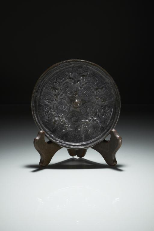 1023: 17TH CENTURY CHINESE BRONZE HAND MIRROR