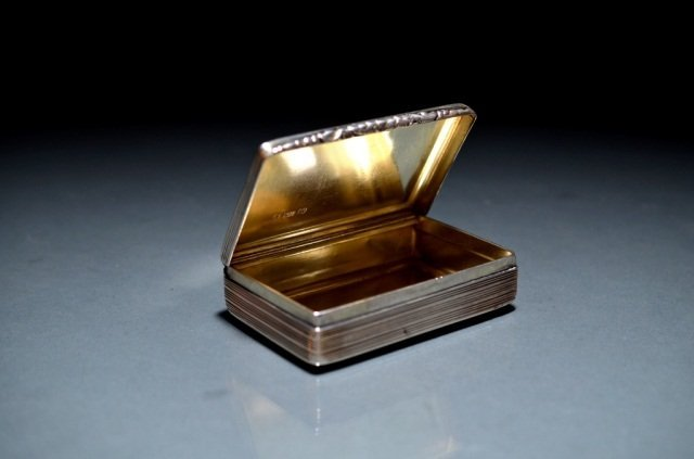 4: GEORGIAN SILVER SNUFF BOX