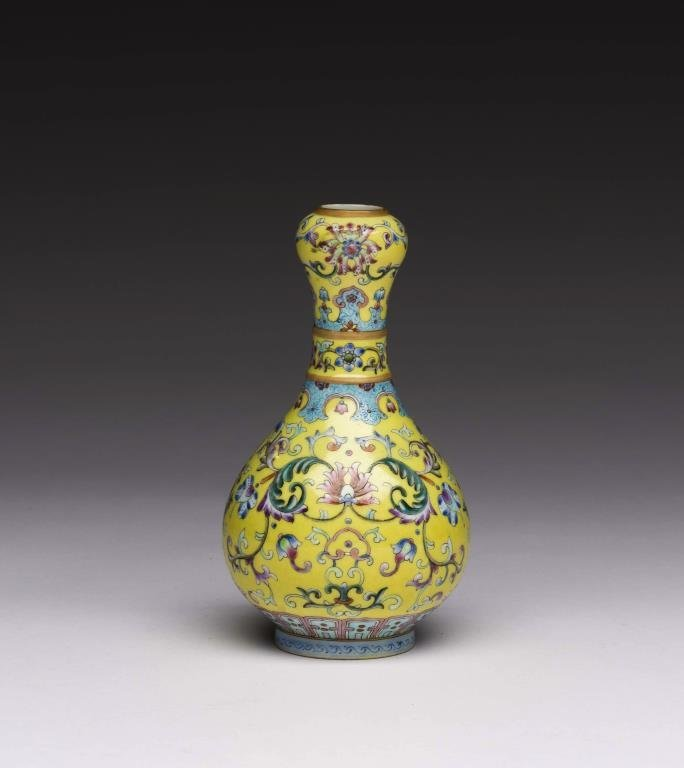 A FINE CHINESE FAMILLE ROSE PORCELAIN GARLIC-MOUTH VASE
