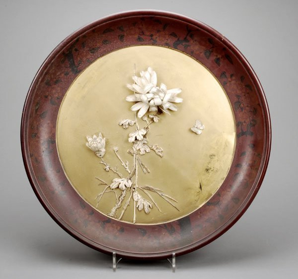 713: A large circular Japanese lacquered wall plaque,ea
