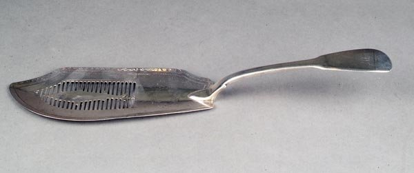 18: A George III silver fiddle pattern fish slice by W