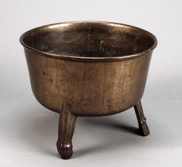 263: A bronze or bell metal skillet pot, circa 1670, on