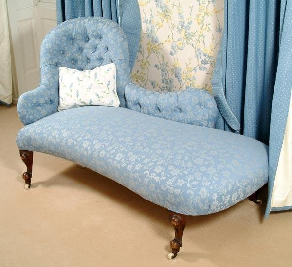 524: A Victorian walnut and button upholstered chaise l
