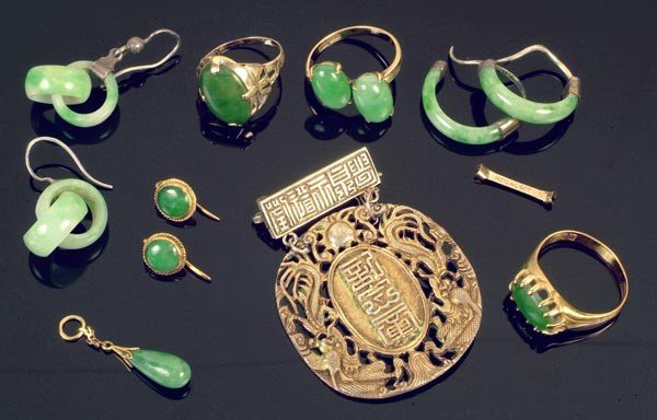 335: A collection of Chinese jadeite jewellery, compris