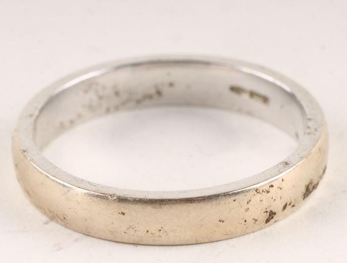 15: n 18 carat white gold wedding ring, of shallow D s