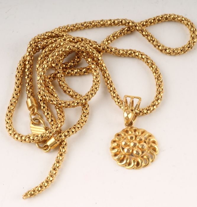 209: An Indian 22 carat gold chain, hallmarked and stam