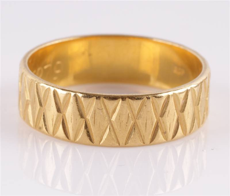 A 22 carat gold patterned wedding ring, London 197