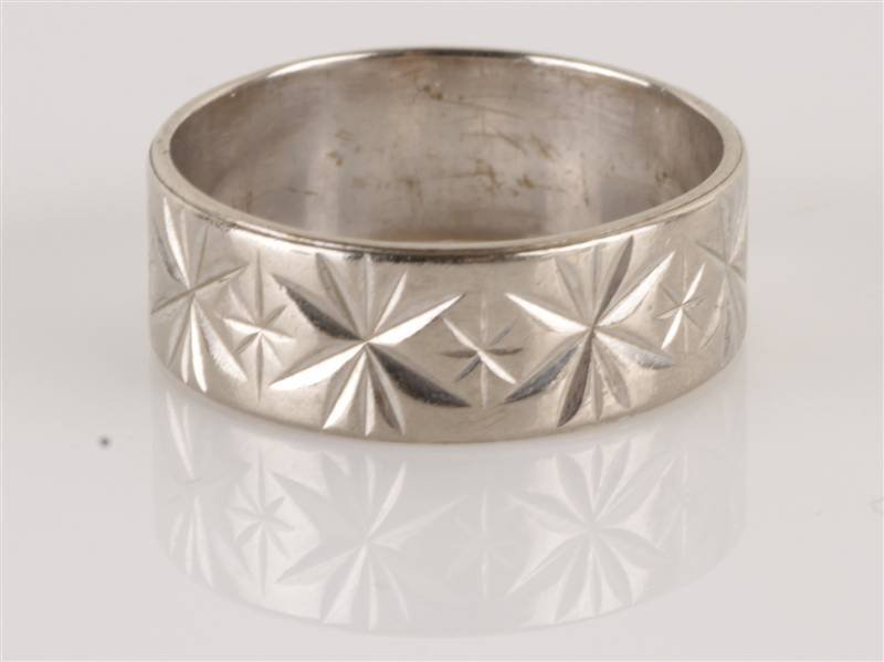 An 18 carat white gold patterned wedding ring, of