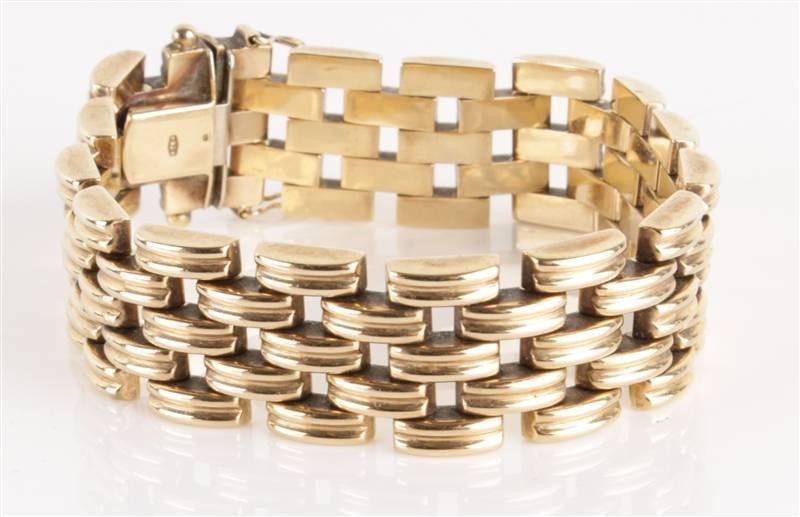 A 9 carat gold bracelet, of ribbed brick links, to