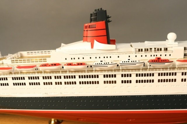 Cased Ship Model of Ocean Liner QE2 - 10