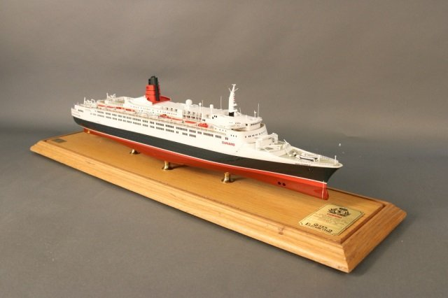 Cased Ship Model of Ocean Liner QE2 - 4