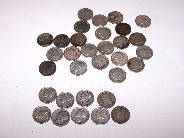 17: Lot of 32 Mercury and Silver US Dimes