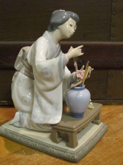 3: Lladro Geisha Women Porcelain Figurine - 2