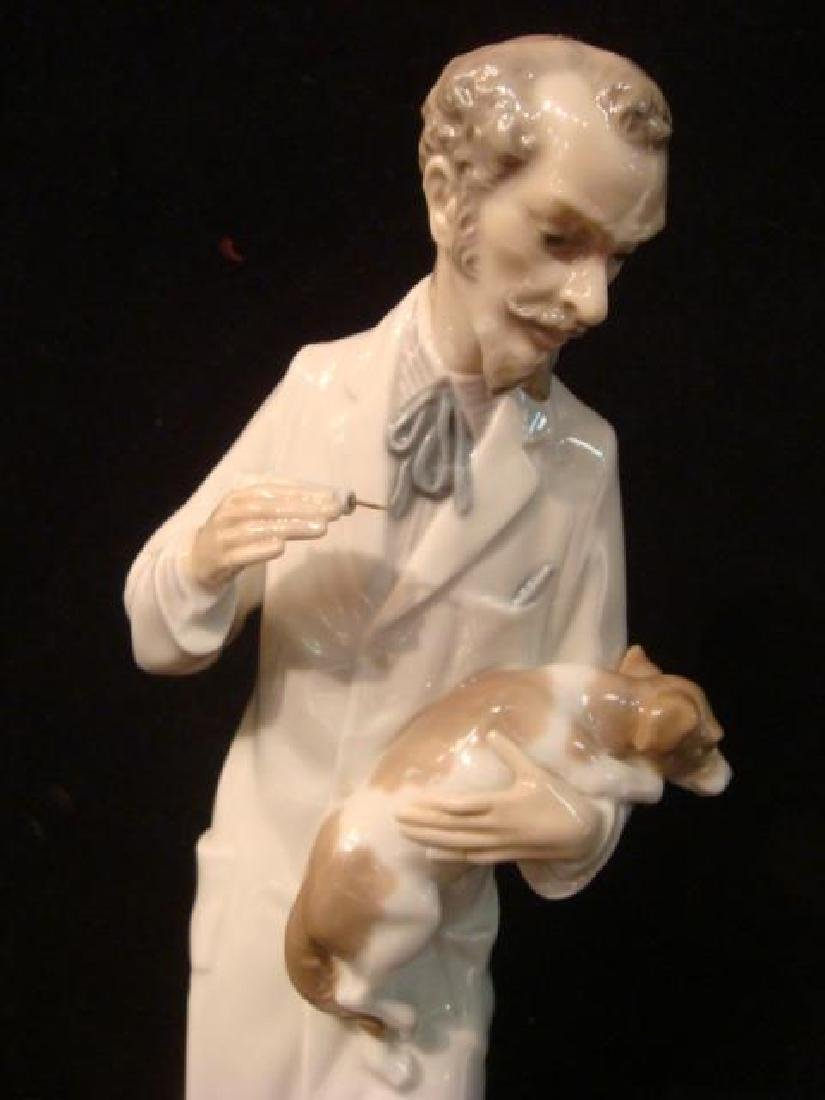 LLADRO Veterinarian with Dog: - 2