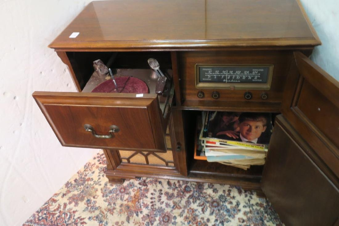 1950-1960 AIRLINE Tube Radio/Phonograph Console: - 2