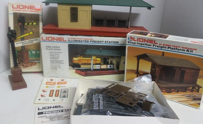 LIONEL, Two FREIGHT STATIONS and AUTOMATIC SEMAPHORE: