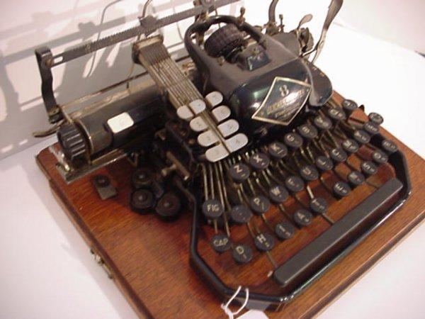 6: BLICKENSDERFER Model 8 Portable Typewriter: - 3
