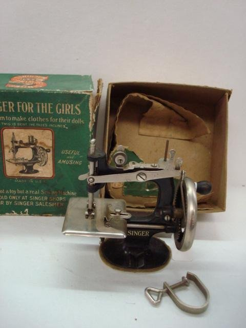 1001: Vintage SINGER FOR GIRLS Sewing Machine: