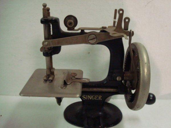 1315: Vintage 1930's Childs SINGER Toy Sewing Machine: