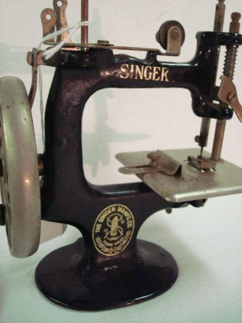 1315: Vintage 1930's Childs SINGER Toy Sewing Machine: - 3