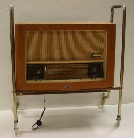 8: SIEMENS Large Table Model Radio in Wooden Cabinet:
