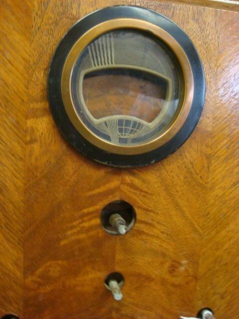 263: Oak Case PHILCO Deco Console Radio, Model 37-620: - 2