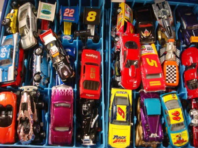 211: Two Hot Wheels Cases with Cars: - 2