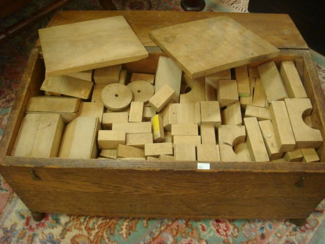 314: MILTON BRADLEY 1930s Building Blocks in Wooden Che