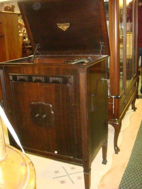 1928 VV 4-20 14139 VICTROLA W/Extra Needles & Records: