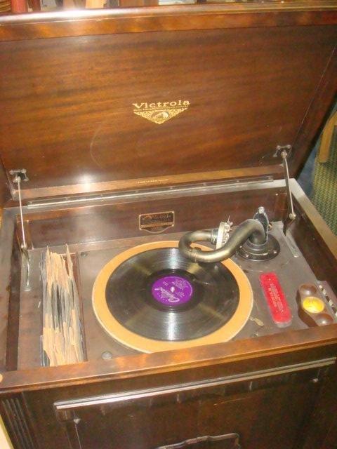 1928 VV 4-20 14139 VICTROLA W/Extra Needles & Records: - 2