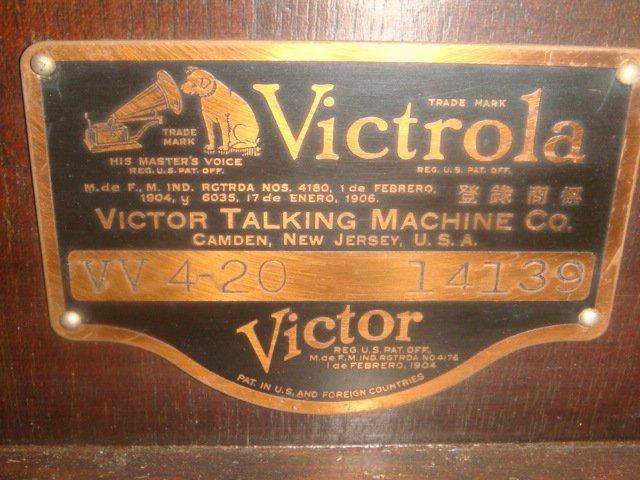 1928 VV 4-20 14139 VICTROLA W/Extra Needles & Records: - 3