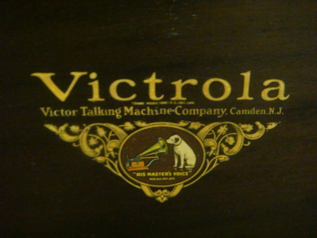 1928 VV 4-20 14139 VICTROLA W/Extra Needles & Records: - 5