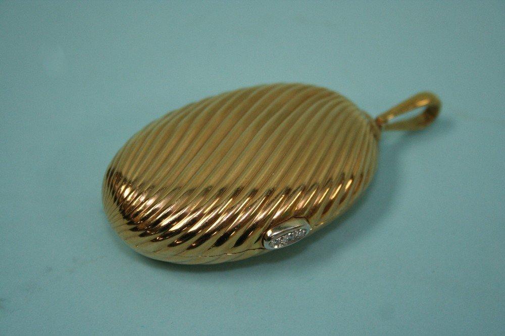 A large 18 Kt. gold locket/pill box. Oval sha