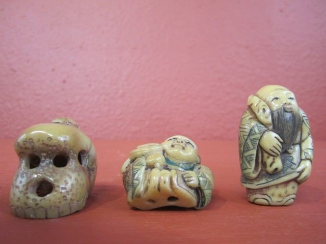 650: F27-26  LOT OF 4 IVORY CARVINGS & 2 TAGA NUTS - 5