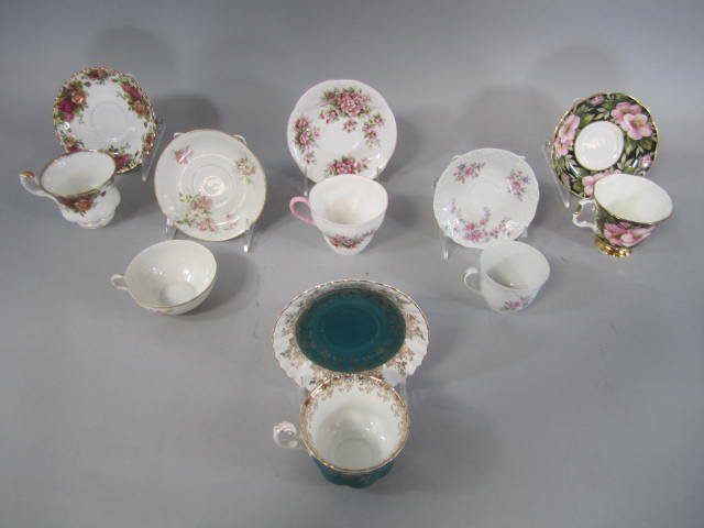 D15-3  COLLECTION OF CUPS & SAUCER SETS