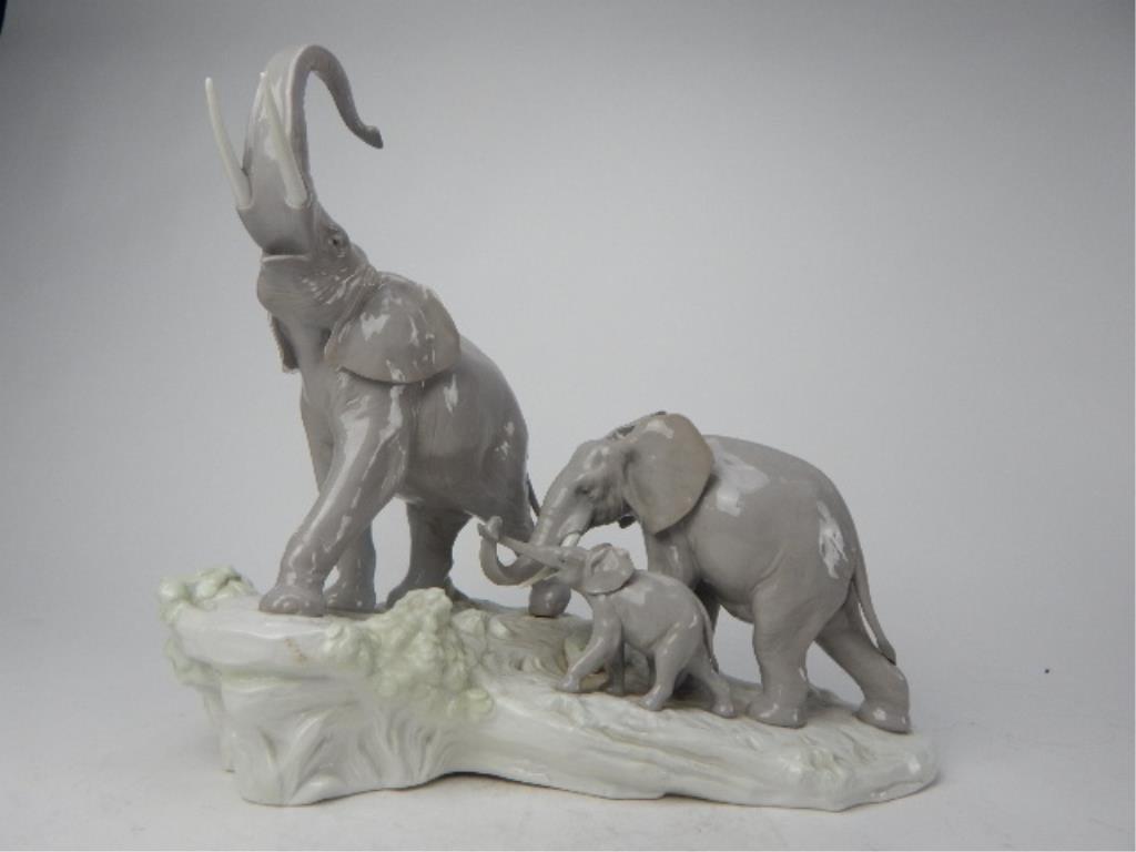 "J93-3  LLADRO ""ELEPHANTS WALKING"" FIGURINE"