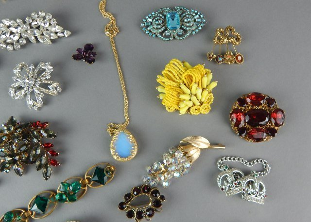 Twenty Nine Piece Vintage Jewelry - 3