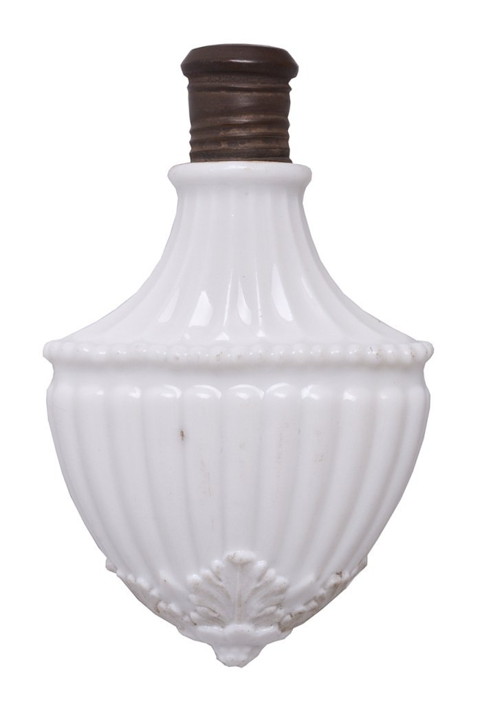 A GERMAN PORCELAIN SHIELD SHAPED SCENT FLASK, CIRCA 178