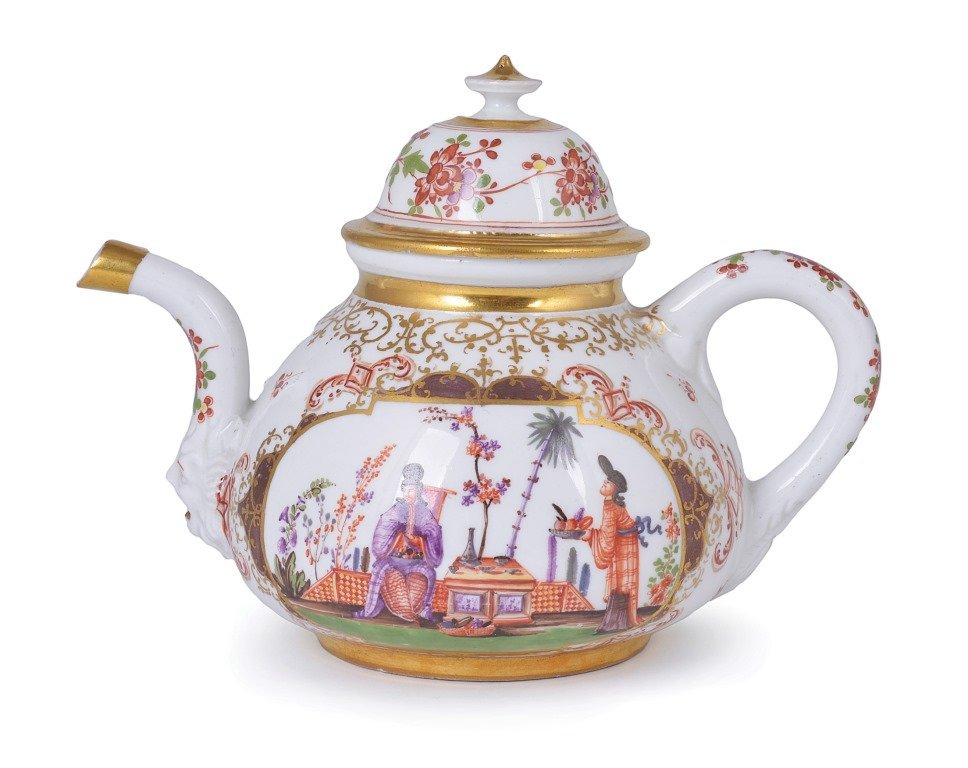 **A MEISSEN PORCELAIN CHINOISERIE TEAPOT AND COVER,
