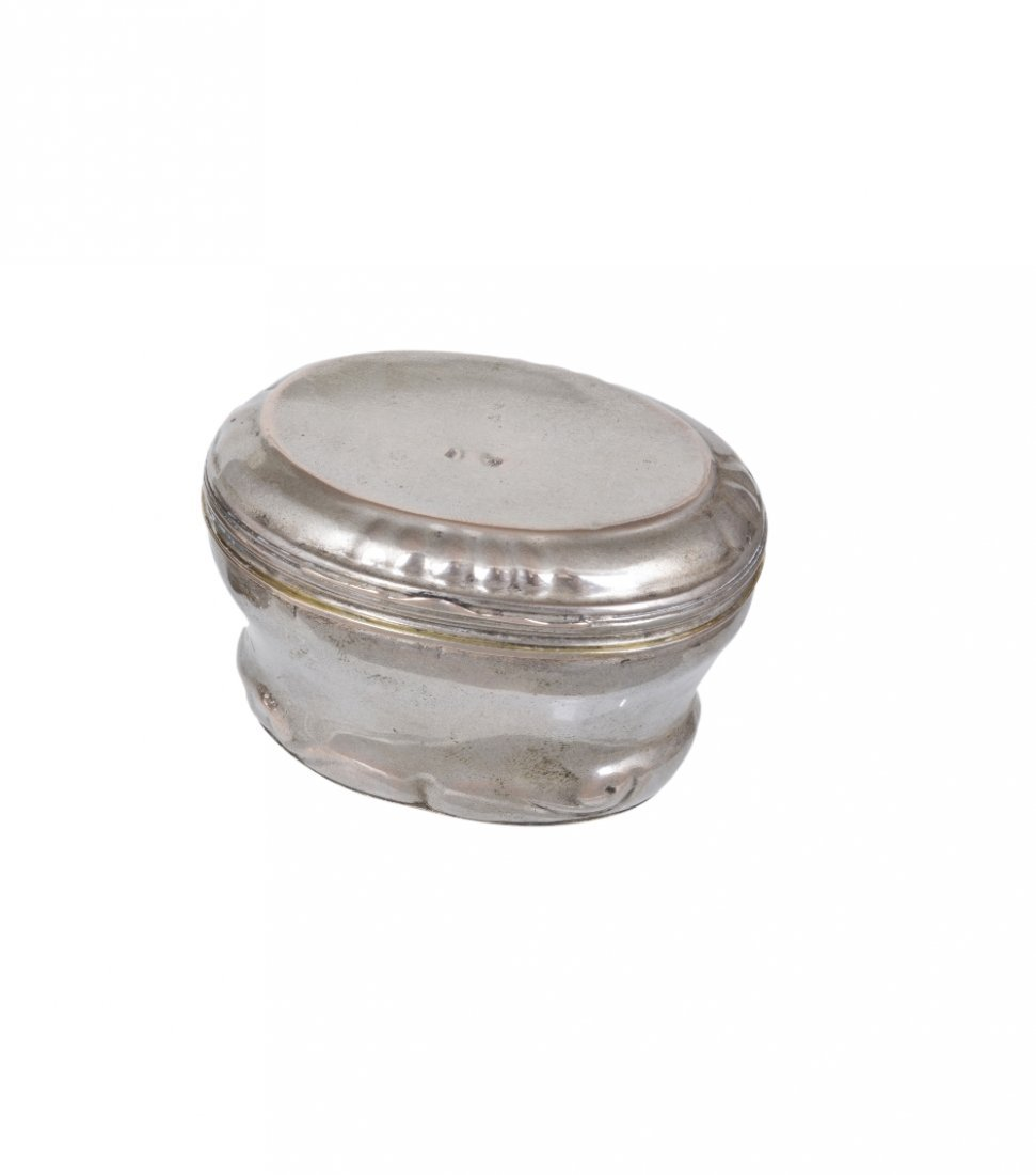 A SILVER SNUFF BOX WITH DETACHABLE BEAKER BASE,