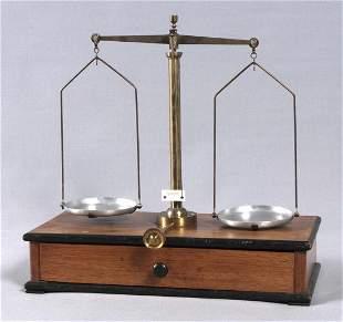 Beam balance, body walnut, ebonisierte sides, brass