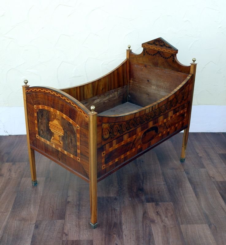 19: Louis XVI cot, walnut inlaid with rich, southern Ge