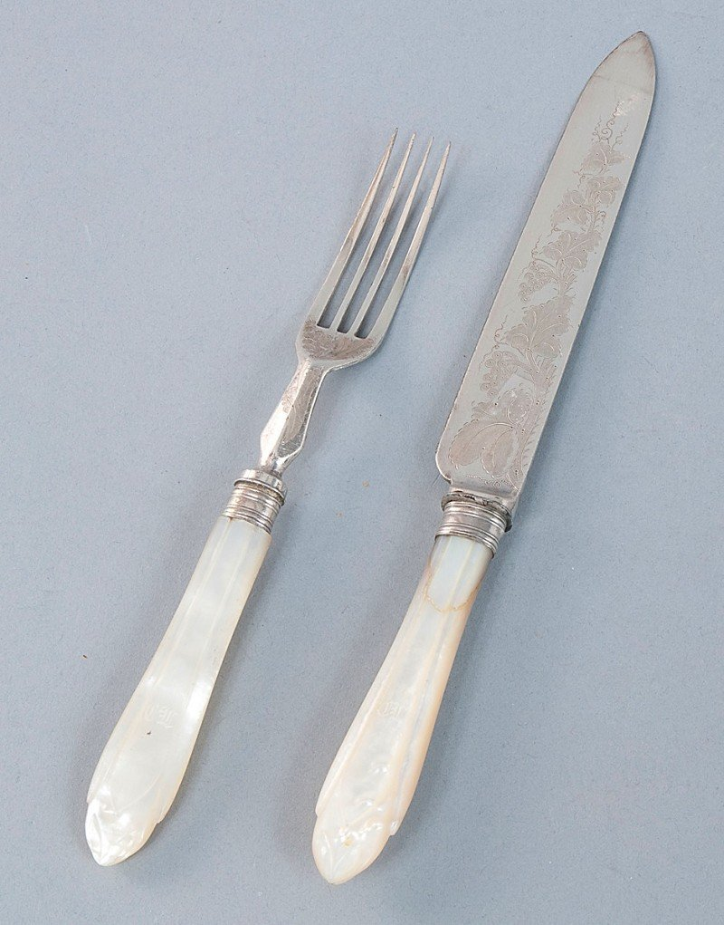 23: Carving set in the original case, mother of pearl h