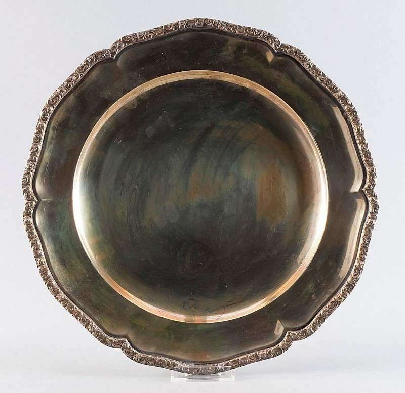 9: Large round silver plate, ornamentally chissled edge