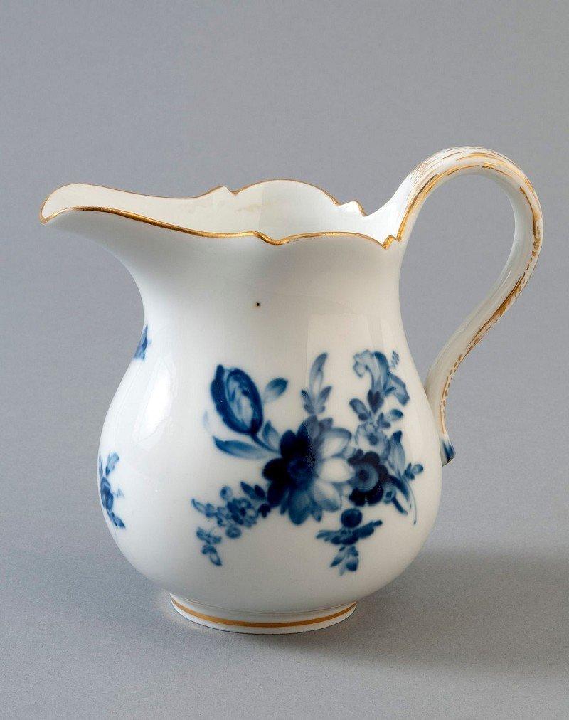 4: Milchkännchen, Meissen, blaue Blume mit Goldstaffage