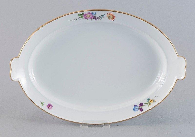17: ovale Vorlegeplatte mit seitlichen Handhaben, Meiss