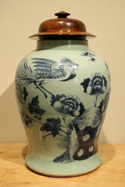 25: Chinese ceramic blue/white vase with hard wood lidd