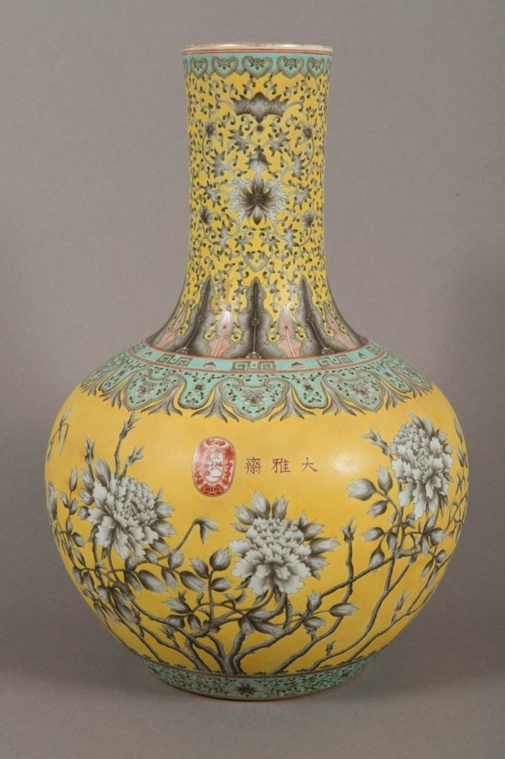 Guangxu Period Dayazhai Grisaille Decorated Bottle