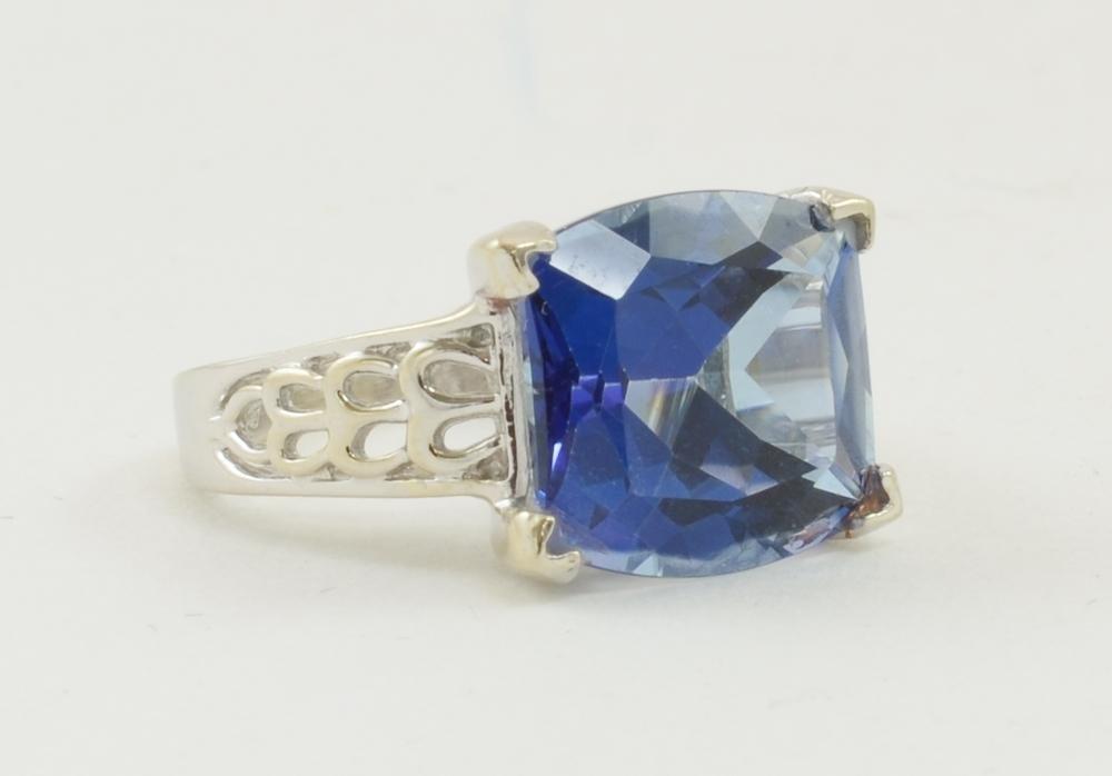 Ladies 14K White gold blue topaz ring